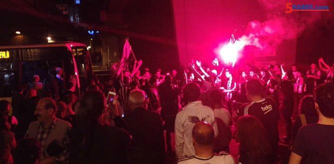 Beşiktaşlı Taraftarlar Metrobüs Yolunu Kapattı